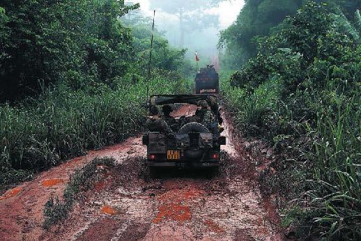 Un grupo de soldados franceses escolta a un convoy que saca a musulmanes que huyen de la violencia en Bangui. / reuters